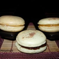 Dessert de fête : pyramide de macarons maison.