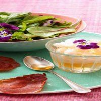 Granité de Melonade, salade de mesclun aux fleurs et croustilles de jambon cru
