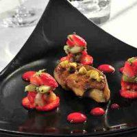 Foie gras poêlé, pistaches et fraises