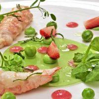 Langoustines aux fraises Ciflorette, petits pois et huile de menthe