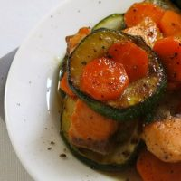 Wok de saumon, gingembre, miel, carottes et courgettes