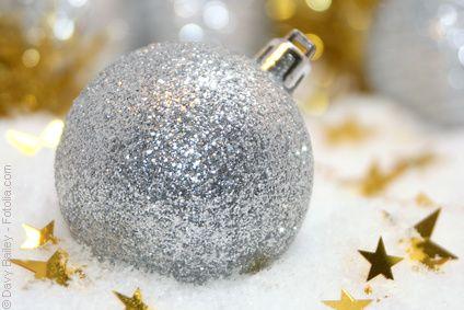 boule de Noël dans la neige