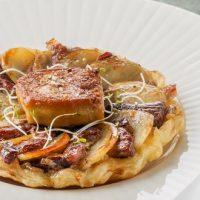 Tatin de canard aux pommes de terre, confit d'échalotes et foie gras poêlé