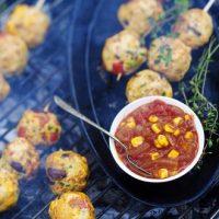 Brochettes de boulettes de légumes et poulet (et 3 sauces)