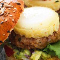 Mini-Burgers de veau épicé, Chabichou du Poitou et purée d'avocat