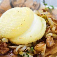 Pancakes Rigotte de Condrieu, compotée d'endives et noix