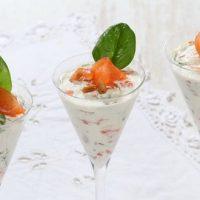 Verrines mousse de saumon, pommes, pignons de pin et pousses d'épinard