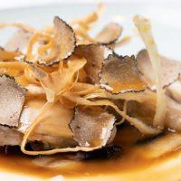 Cuisse de volaille braisée aux champignons de Paris, panais et truffe