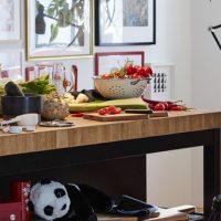 Tendance déco: living coral et noir dans la cuisine