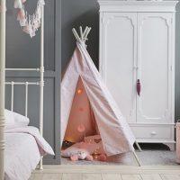 Tendance déco: living coral, gris et blanc dans la chambre d'enfant