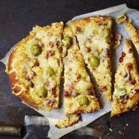 Fougasses aux olives vertes, fromage de brebis et magret fumé