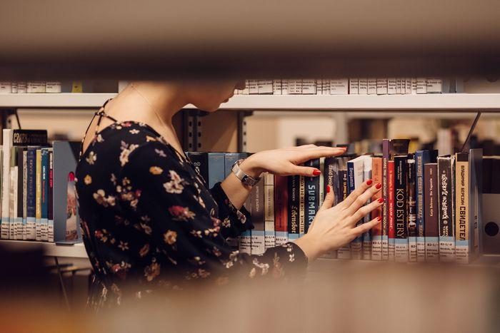 femme bibliothèque