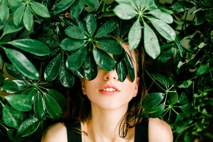 Femme respirant des plantes