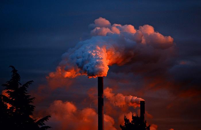 Usine rejetant de la fumée polluée