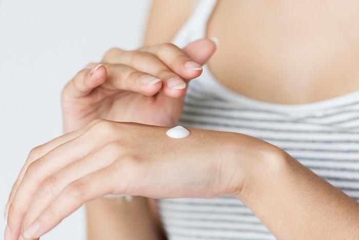 Hiver, gel hydroalcoolique: comment prendre soin de ses mains abîmées?