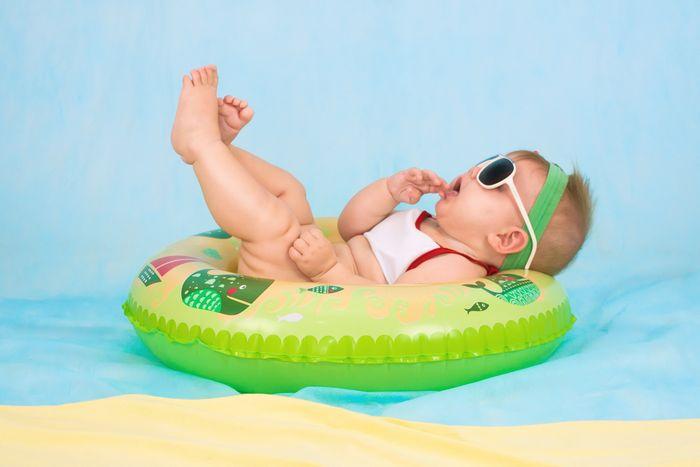 Bébé nageur comme un poisson dans l'eau