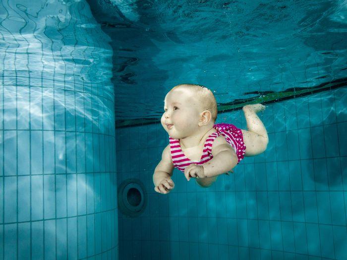 bébé nageur sous l'eau